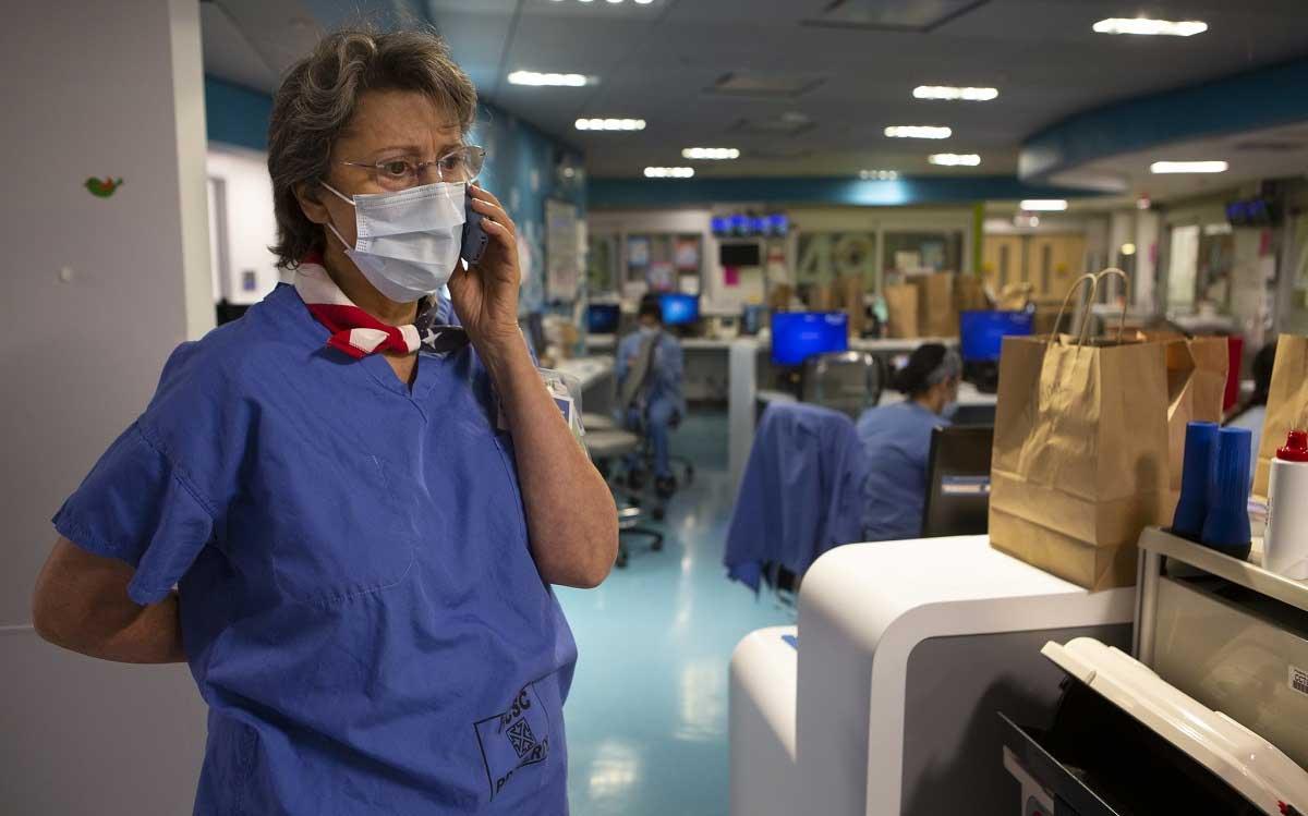 Martha Jansen usa batas y habla por teléfono inalámbrico.